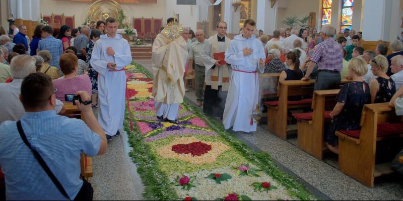 Dywan z kwiatów dla Pana Jezusa